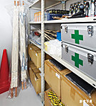 日用品や食料などの備蓄のための倉庫ではなく一般家庭では購入しにくいものや災害時にマンション内での共助活動の際に使用するものを格納しています。