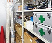 日用品や食料などの備蓄のための倉庫ではなく、一般家庭では購入しにくいものや災害時にマンション内での共助活動の際に使用するものを格納しています