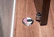 押すだけでロックができ、もう一度押すと解除できるドアキャッチャー。腰をかがめずに操作できます。