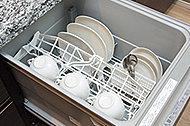 手洗いに比べ、節水でき、高温洗浄で油汚れもスッキリ。いろいろな食器がセットしやすいスマートカゴも搭載して、家事負担を軽減。