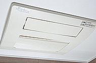 バスルーム内のカビの発生を抑制できるのに加え、洗濯物の乾燥に便利な乾燥機能も装備。さらに、暖房機能も備えています。