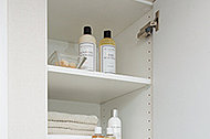 洗面化粧室に、タオル類や洗剤などをしまっておけるリネン庫を設置しました。