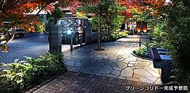 花や紅葉が四季折々に楽しめるアプローチ空間。3つの広場があり、中央広場にはベンチを設けています。