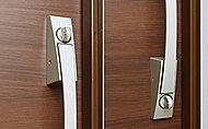 玄関ドアの2カ所に鍵穴を儲けたダブルロックで防犯効果を高めています。