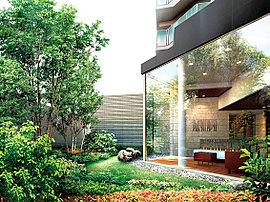 周辺の潤い溢れる並木から、パサージュのシンボルツリーや植栽、パティオ(中庭)まで緑のつながりを創出。中間領域にあたるエントランスホールは落ち着いたトーンで連続的にリズムを持たせました。