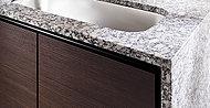 カウンタートップを彩るのは、表情豊かな風合いを持つ天然御影石のグリスペルラ。空間に高級感と清潔感を演出しています。