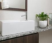 天然御影石を使用した独立型の手洗いカウンター。手洗いボウルには、防汚・抗菌加工が施されています。