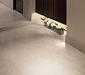 凛として、時を越えた風格のある750角の大判タイルは、マンションの居住空間の床として日本で初採用。※1