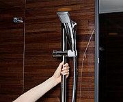 シャワーヘッドの高さや角度を自由に変えられるスライドバーが、立ち座りのサポートバー兼用となります。※浴槽の正面側またぎ部分に設置