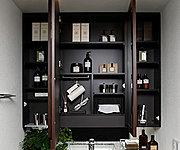 洗面化粧台には三面鏡収納を採用。化粧品など、必要なものがすっきりと収まり、毎日の生活にとても便利です。