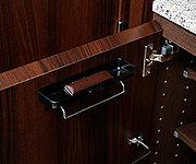 宅配便の受取時等、玄関先に置いておきたいペンや認印等を保管できる小物入れを設置しました。
