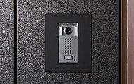 住戸の玄関には、来訪者を画像で確認できるカメラ付インターホン子機をご用意しました。