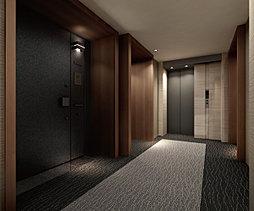 玄関まわりに格調を添える内廊下。ダウンライトが照らし出す静穏な内廊下。玄関周囲に私邸に相応しい風格を漂わせる。また、外部からの視線を入り込ませず、プライバシーの確保を図る空間ともなる。