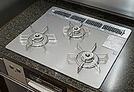 キッチンには、見た目が美しいだけでなく、掃除も容易なガラストップのガスコンロを採用しています。