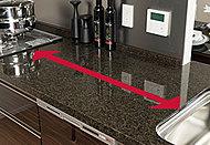 シンクを片側に寄せることで天板の調理スペースを拡大しました。また、引き出し収納を、調理中でも使いやすいようにコンロとシンクの間に設けました。