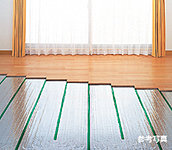 足元から室内全体をムラなく暖め、健康面にも優れた床暖房をリビング・ダイニングに採用しました。