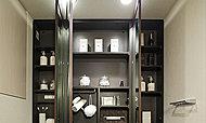 洗面化粧台には、三面鏡収納を採用。化粧品など、必要なものがすっきりと収まり、毎日の生活に便利です。