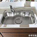 フライパンや大型の中華鍋などもゆったり丸ごと洗える、ワイドサイズのシンクを採用。