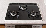 キッチンには、見た目が美しいだけでなく掃除も容易なハイパーガラスコートトップのガスコンロを採用しています。