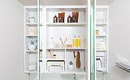 洗面化粧台には三面鏡収納を採用。化粧品など必要なものがすっきりと収まり、毎日の生活にとても便利です。