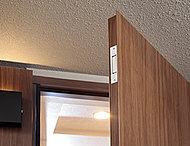 全住戸の玄関と1階・ルーフバルコニー付住戸の窓〈FIX窓(はめ殺し窓)ガラスブロック、面格子付窓を除く〉、に防犯センサーを設置。