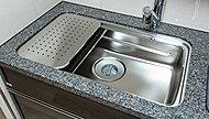 シンク上段やミドルスペースにプレートを設置し、広い調理スペースを実現します。※部材に関してはオプション対応になる可能性があります。