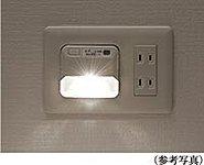 各住戸の廊下には、バッテリーを内蔵した停電灯を設置。普段通電している時は点灯せず、停電と同時に自動的に点灯。