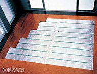 ホコリやチリを巻き上げる気流の発生を抑え、お部屋全体を足元から心地よく暖めます。※タイプにより設置箇所、範囲は異なります。