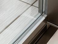 遮熱・断熱性の高い Low-E 複層ガラスを採用。高い冷暖房効果を発揮し、室内への紫外線も抑える効果もあります。(共用廊下に面する窓を除く)