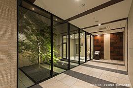 中庭のシダレモミジに癒される静寂の時、外と内のつながりが心地よいエントランスホール。エントランスホールに沿ってプランニングした中庭には、あざやかな朱色が印象的なシダレモミジを植樹。ガラスウォールに映し出される自然の光がゆっくりと時を刻んでいきます。