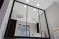 木調枠のミラー裏に化粧品などがたっぷりと収納できるスペースを確保。お風呂上がりでも曇りにくいヒーター付きです。