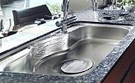 水はね音を軽減する静音シンクを採用。ワイドで洗いやすく、キズや汚れがつきにくい仕上げ。