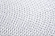 浴室内の床は、水はけがよく乾きやすいモザイクパターンを採用しています。