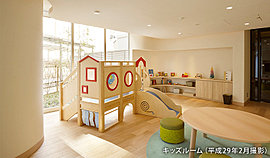 内装には、漆喰の壁や木のフローリングを採用。子供たちが遊ぶ場所だから、自然にこだわった素材を選びました。さらにコーナーには角を設けず、曲線で包み込むようなやさしいつくりです。※(1)