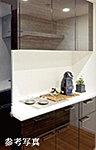 全ての3LD・Kプラン住戸のキッチンに食器棚を標準設置。キッチンカウンターをの統一感のあるデザインに加えスペースにフィットするサイズも魅力。