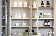 洗面化粧台の三面鏡裏に、小物などをすっきり収納できるスペースを確保しました。