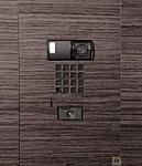 住戸前で来訪者を映像で確認できるカメラ付玄関子機を採用。住戸内の異常を周囲に知らせる異常警報表示機能付です。