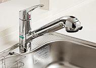 キッチン水栓は浄水器内蔵タイプを採用。ノズルを引き出すことができるので、シンクの隅々までお手入れが可能です。※カートリッジの交換は有償。