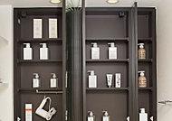 三面鏡の裏側に洗面小物や化粧品などを置けるスペースやドライヤーフックを設置。カウンター周りをすっきりとした空間に仕上げます。