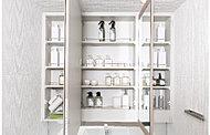 洗面室をより広く演出するミラー裏には、化粧品やヘアケア用品等をしまえる収納を用意。※Oタイプは五面鏡となります。