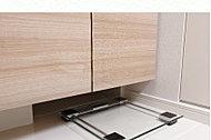 洗面化粧台の下部にヘルスメーターをすっきり収納できるスペースをご用意。