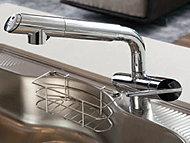 シャワーヘッドが引き出せる混合水栓は、浄水器一体型。カートリッジの取り替えも容易。※カートリッジ交換による費用が別途発生。
