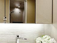 ワイドで収納性能にも配慮した三面鏡の下には、調湿力に優れたデザインタイル、エコカラットを採用。