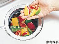 キッチンには、生ゴミを粉砕処理できるディスポーザーを標準装備。※種類によっては一部処理・投入できないものがあります。