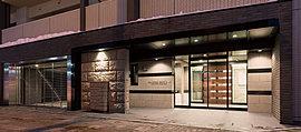 札幌の歴史を象徴する邸宅であるために、この地に相応しい素材として札幌軟石をエントランスアプローチに使用しました。