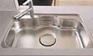 大きな中華鍋もラクに洗える、ゆとり設計のワイドシンク。水はねの音を抑える静音設計です。