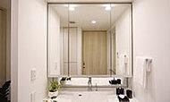快適に身支度が行える三面鏡裏には、ティッシュボックススペースなどの収納を確保しています。