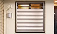 廊下に面した居室の窓には、視線を遮りながら通風が確保できる面格子(脱出機能付)を設けました。