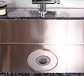 調理中に出た生ゴミを粉砕処理できるディスポーザーを設置。スイッチを入れると自動で水が流れ、一定時間経過すると止まる自動給水式です。