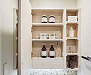 洗面化粧台の鏡の裏には収納スペースをご用意。ケア用品をはじめ洗面室でお使いの日用品を保管できます。